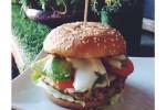 Hamburger di tofu, maionese vegan, pomodoro e avocado
