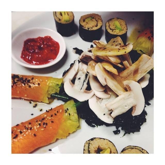 insalata di champignon e alghe wakame profumate al limone, involtini di zucca marinata e ananas con fagioli croccanti e sesamo tostato, maki di cous cous integrale e avocado con caviale di fico d